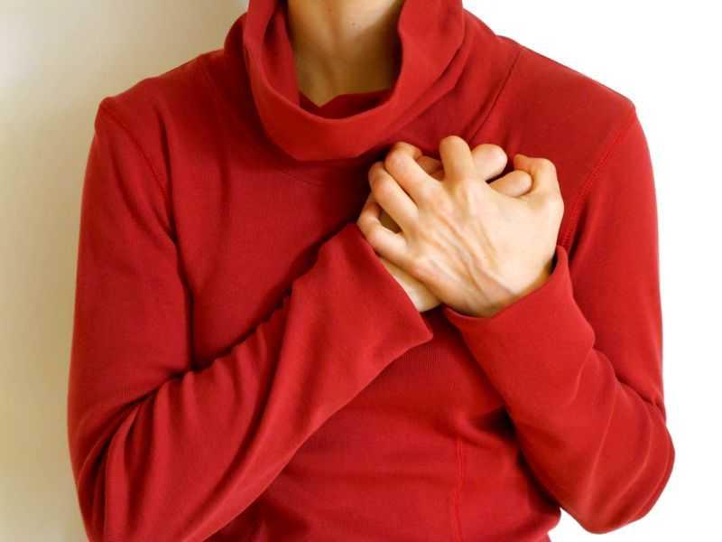 Боль в области сердца: причины ноющей, колющей, сжимающей, резкой ...